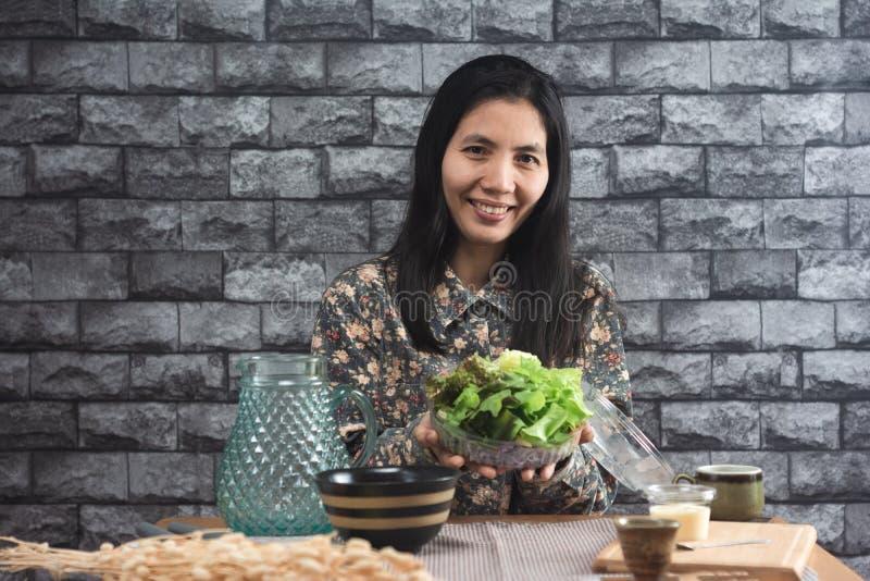 Mujeres y ensalada tailandesas fotos de archivo