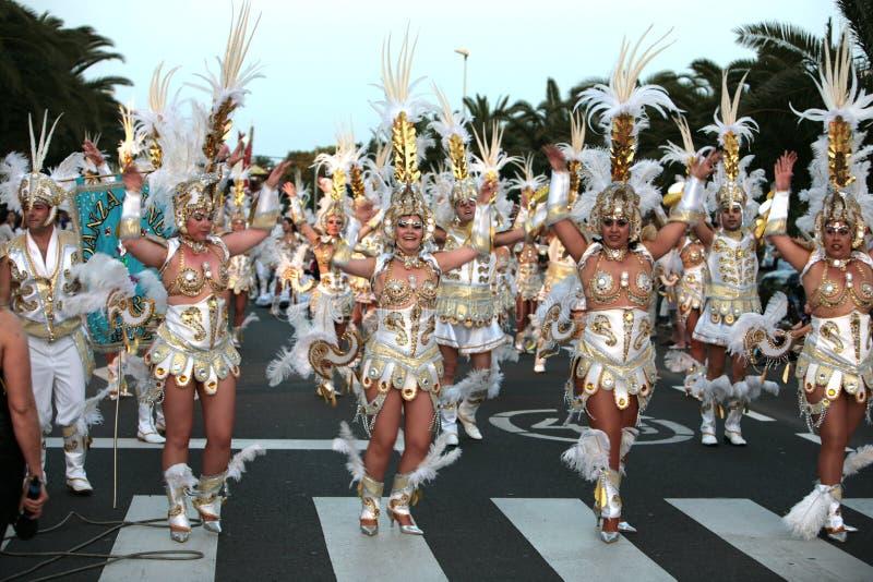 Mujeres y hombre en trajes en el desfile de carnaval foto de archivo libre de regalías