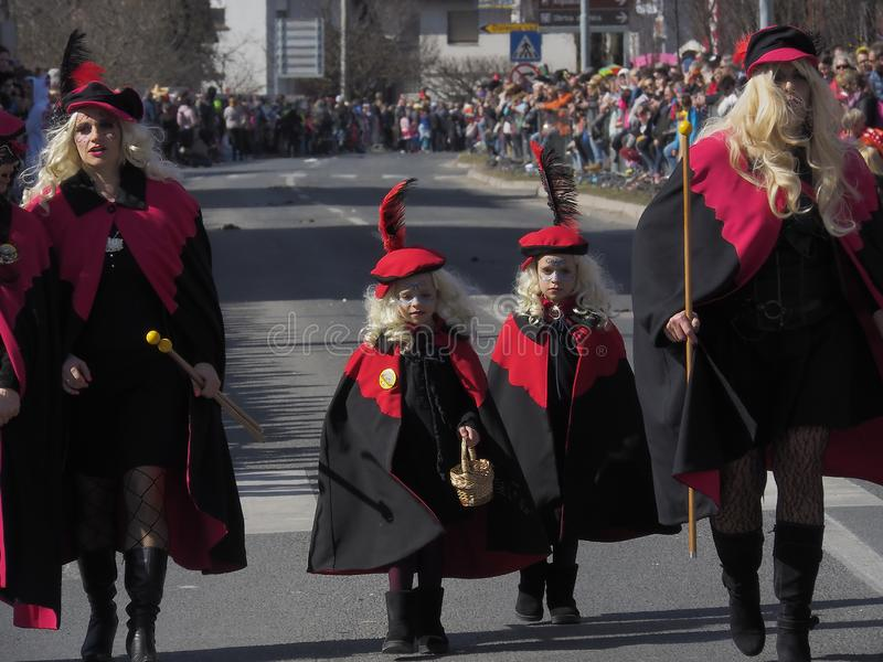 Mujeres y muchachas en los trajes para el desfile de la primavera imagen de archivo