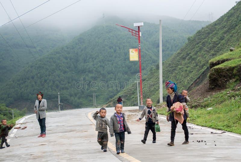 Mujeres y niños que viven en el gran Liangshan de China imagenes de archivo
