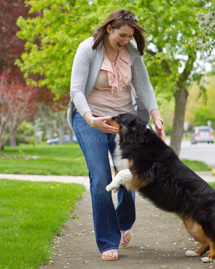 Mujeres y perro imagen de archivo libre de regalías