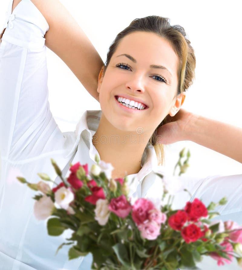 Mujeres y rosas felices fotografía de archivo