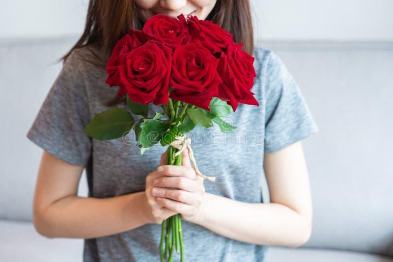 Mujeres y rosas rojas fotografía de archivo