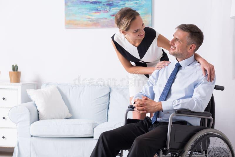 Mujeres y su socio en la silla de ruedas fotos de archivo