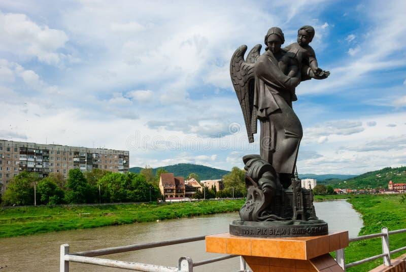 Mukacheve, de Oekraïne - Mei 08, 2015: Monument in geheugen van de slachtoffers van de tragedie van 1998 stock foto's