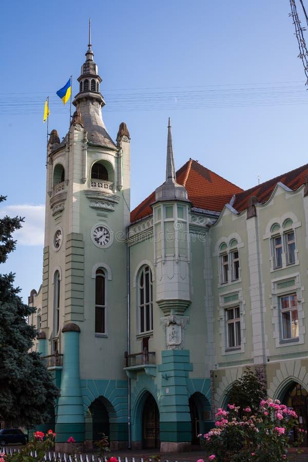 Mukacheve - Ucrania, 26 DE JULIO DE 2009: Municipalidad de Mukacheve Centro de la ciudad imagen de archivo libre de regalías