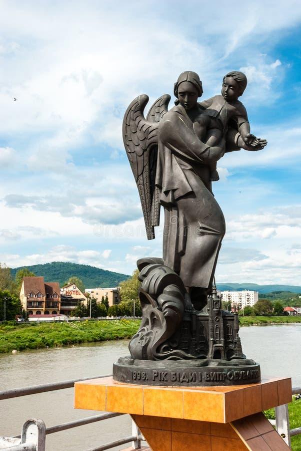 Mukacheve, Ucrania - 8 de mayo de 2015: Monumento en memoria de las víctimas de la tragedia 1998 fotografía de archivo