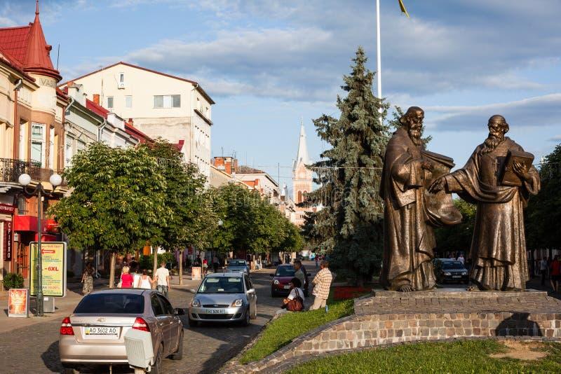 Mukacheve - Ucrania, el 26 de julio de 2009: Monumento de los santos Cyril y Methodius en Mukacheve foto de archivo