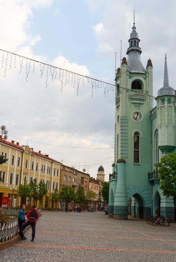 MUKACHEVE, UKRAINE - 25. APRIL 2017: Rathaus von Mukacheve lizenzfreies stockfoto