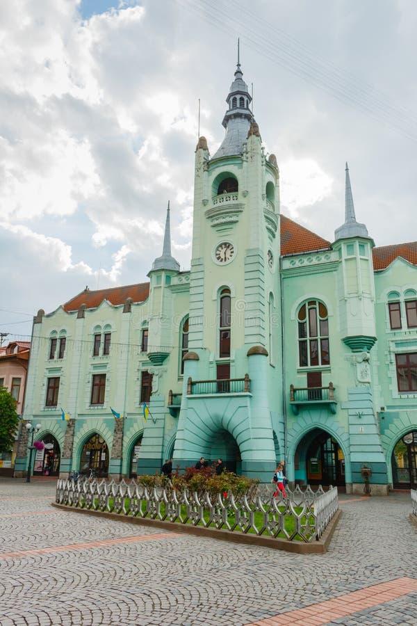 MUKACHEVE, UKRAINE - 25. APRIL 2017: Rathaus von Mukacheve stockfoto