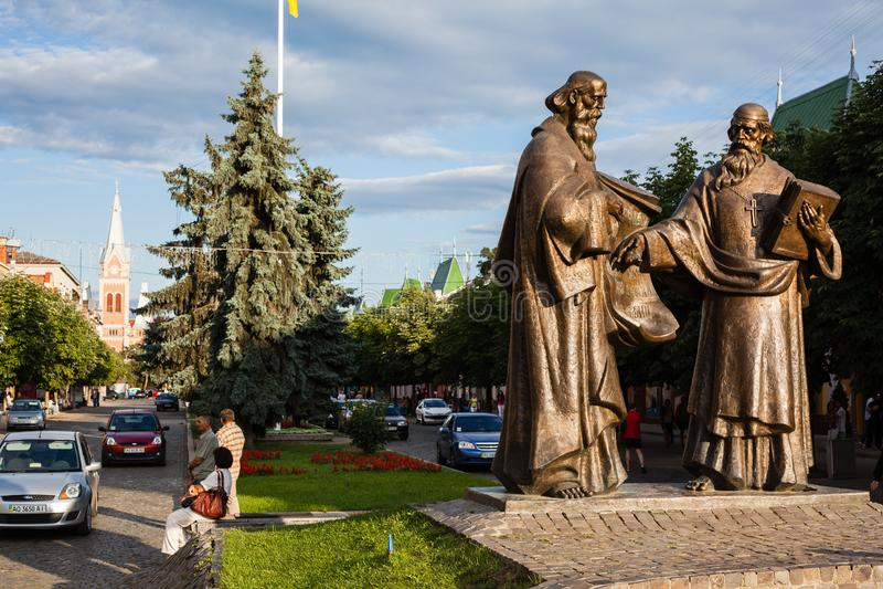 Mukacheve - Ukraine, 26. JULI 2009: Monument Saints Cyril and Methodius in Mukacheve, Transcarpatia, Ukraine stockbilder