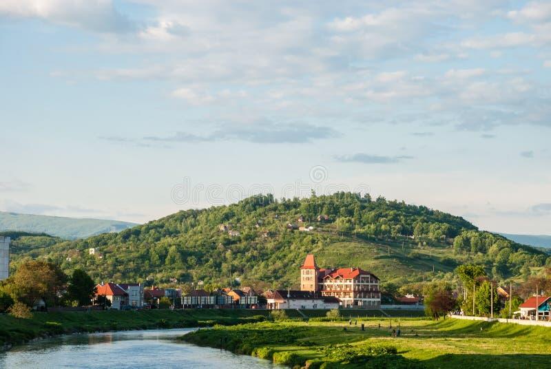 Mukacheve, Ukraine - 8. Mai 2015: Ansicht über Chernecha-Berg stockbild