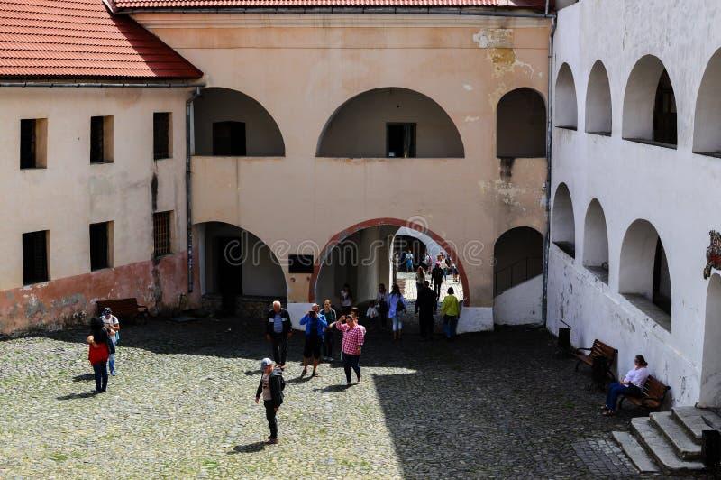 MUKACHEVO, de OEKRAÏNE - 23 AUGUSTUS, 2017, Toeristen loopt in de werf van het Palanok-Kasteel of Mukachevo-Kasteel Oude Hungar stock fotografie