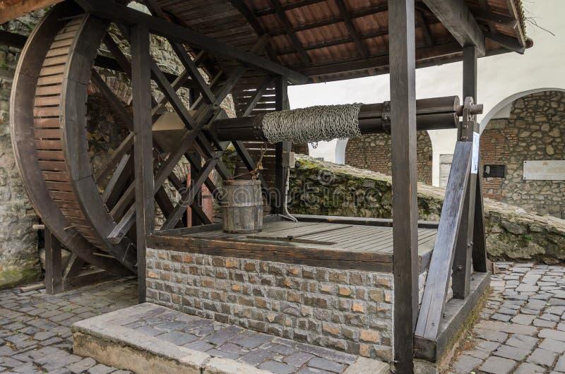 MUKACHEVO, DE OEKRA?NE - MAG, 2019: Oude antiquiteit goed in het Palanok-kasteel dichtbij Mukachevo stock afbeelding
