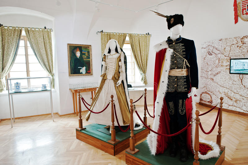 MUKACHEVO, UCRÂNIA - ABRIL 11,2016: Roupa e dres reais do vestuário fotografia de stock royalty free