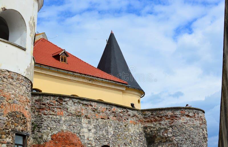 MUKACHEVO, UCRÂNIA - 23 de agosto de 2017, vista lateral das paredes da rocha do castelo de Palanok ou do castelo de Mukachevo Hu fotos de stock
