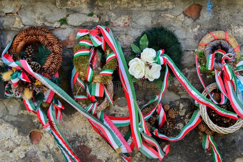 MUKACHEVO UKRAINA - AUGUSTI 23, 2017, band med nationella färger av Ungern band upp till blommahedersgåvan som nära står till royaltyfria foton