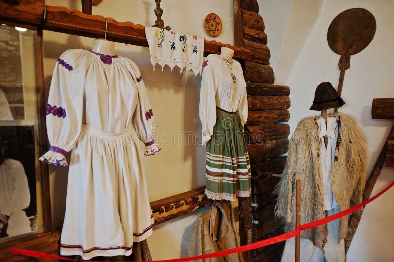 MUKACHEVO, UKRAINE - AVRIL 11,2016 : Éléments du t de dames âgées photographie stock