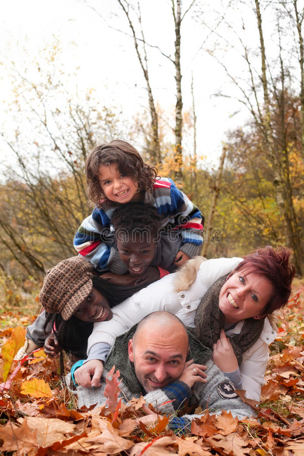 Mukltiracial Familie hat Spaß lizenzfreie stockfotografie