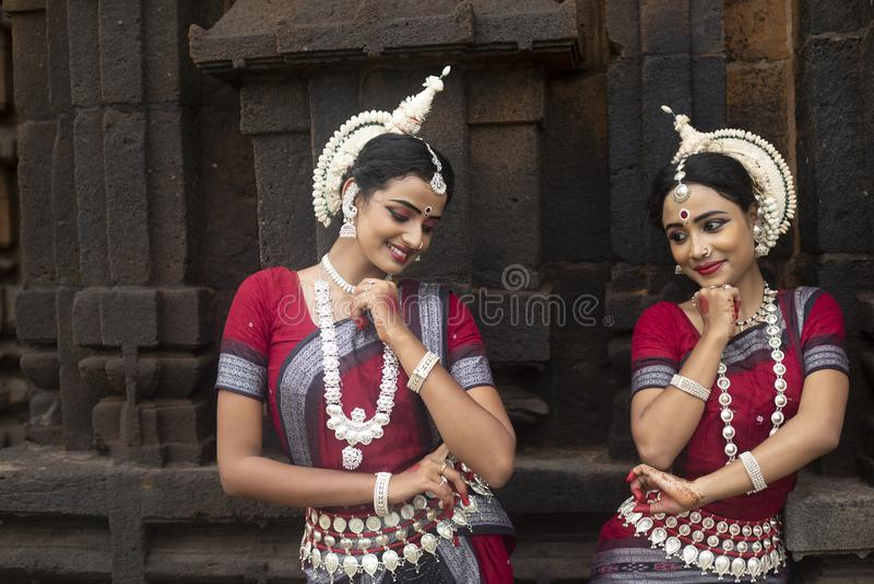 Mukteshvara寺庙的,布巴内斯瓦尔,Odisha,印度两位年轻odissi女性艺术家 库存图片