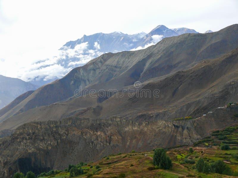 Muktinath landskap efter regn, Nepal royaltyfria foton