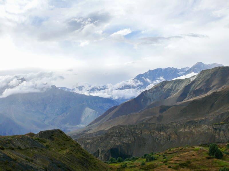 Muktinath landskap efter regn, Nepal fotografering för bildbyråer