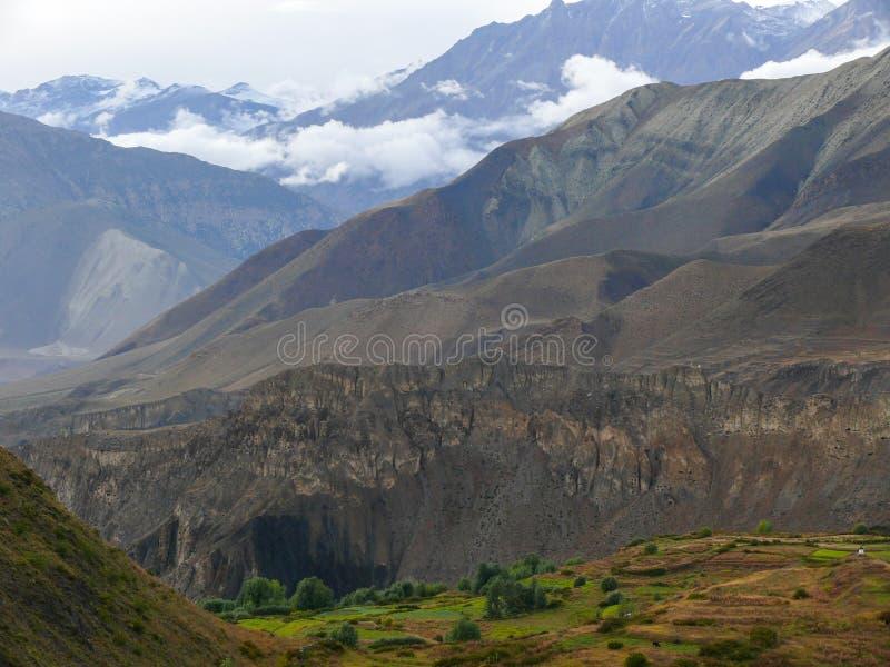 Muktinath landskap efter regn, Nepal royaltyfri bild