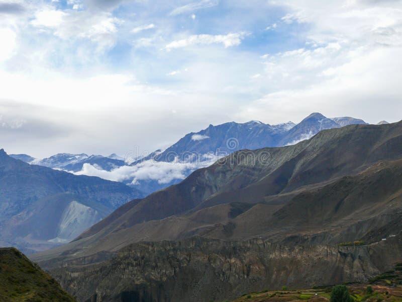 Muktinath landskap efter regn, Nepal arkivfoton