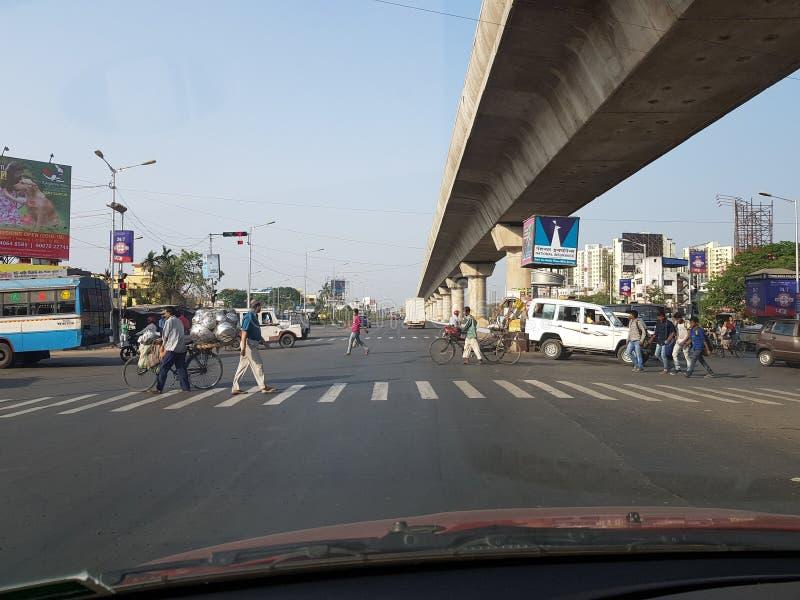 Mukundapur, le Bengale-Occidental, Inde, 21 3 2018, personne croisant le long passage clouté de route sous le survol ferroviaire  image libre de droits