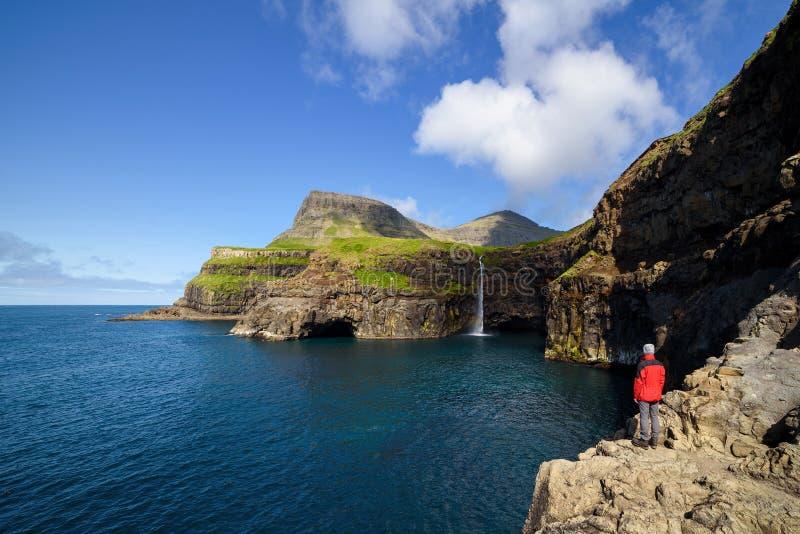 Mulafossur-vattenfall i Gasadalur Vagarön, Färöarna royaltyfri bild