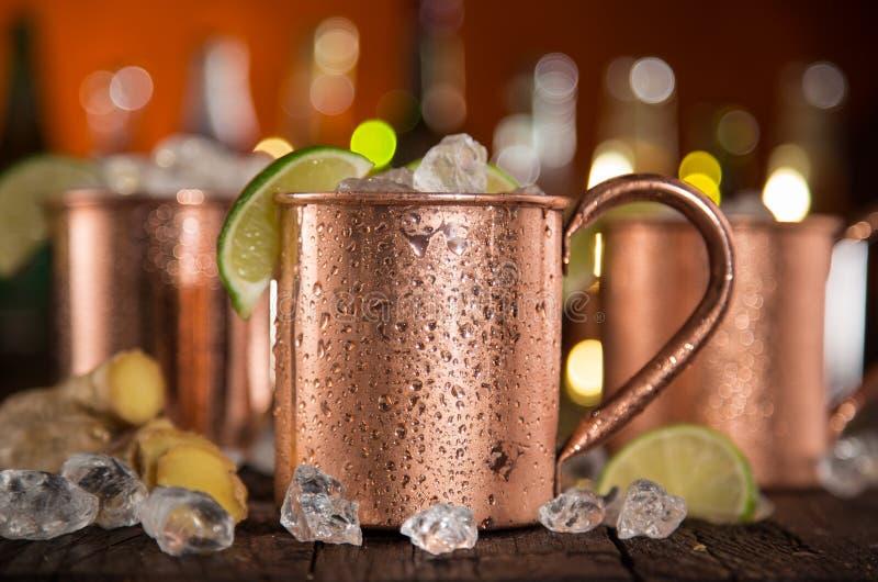 Mulas frías de Moscú - Ginger Beer, cal y vodka imágenes de archivo libres de regalías