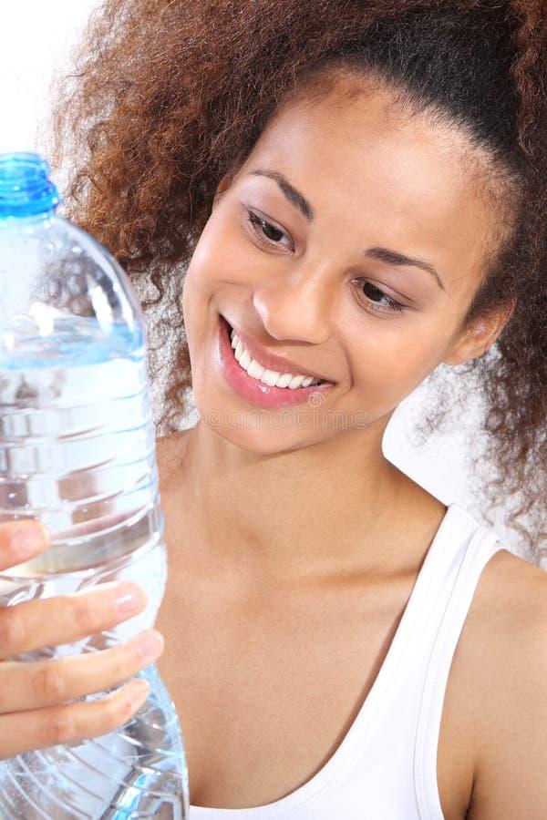 Mulatte ist Trinkwasser stockfoto