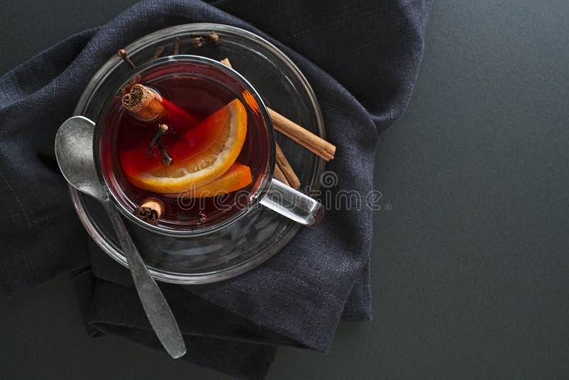 Mulchwein mit Gewürzen lizenzfreies stockbild