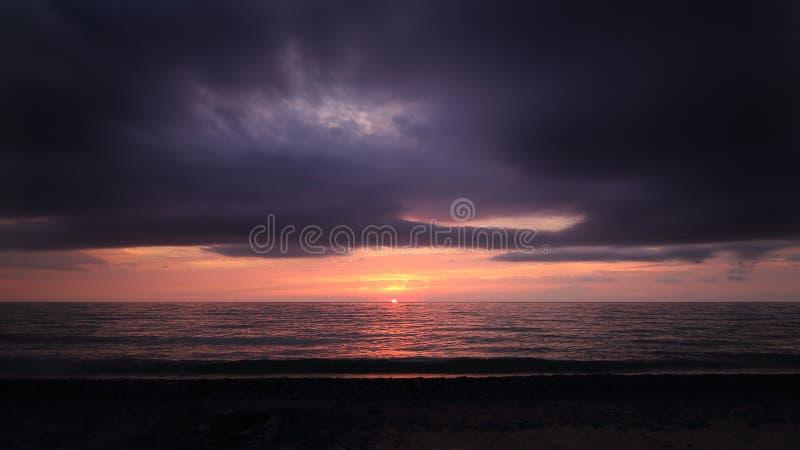 Mulen solnedgång på havhorisonten royaltyfria bilder