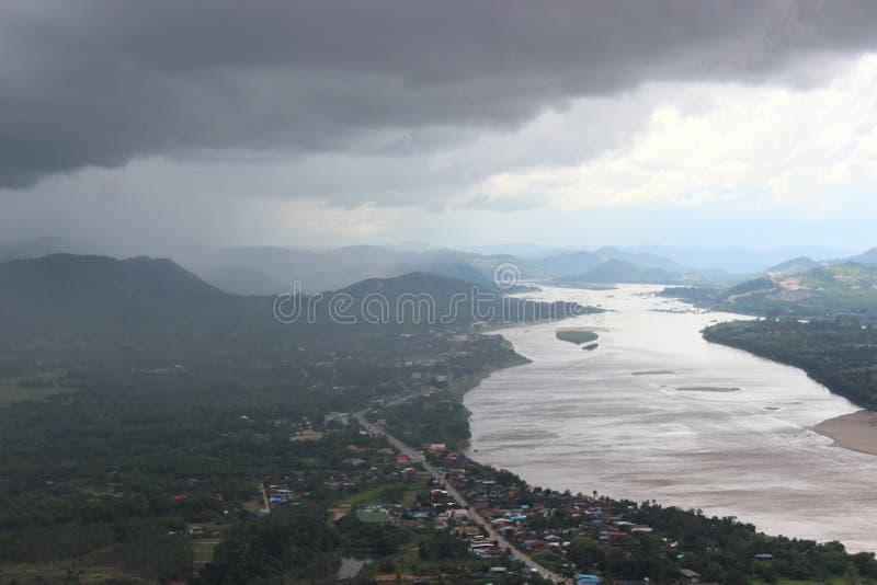 Mulet väder som går att regna på byflodstranden royaltyfri fotografi