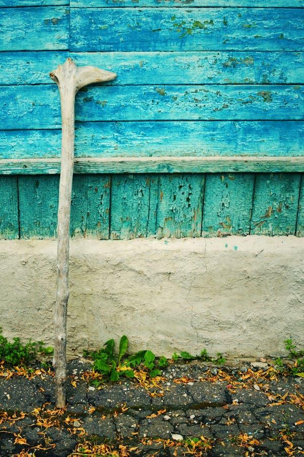 Muleta de madera vieja para el pensionista foto de archivo