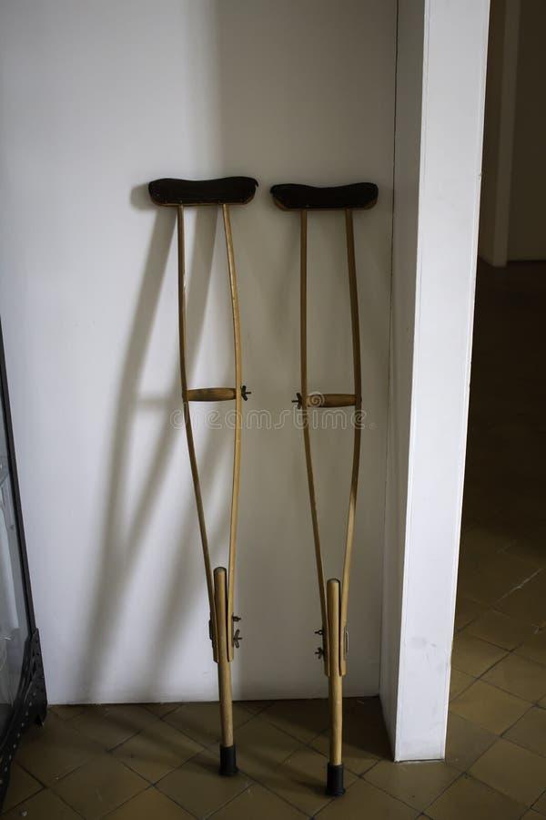 Muletas de madeira imagem de stock. Imagem de crutches..