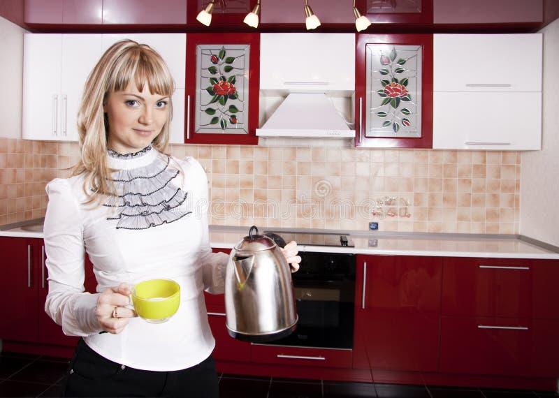 Mulher à cozinha fotografia de stock