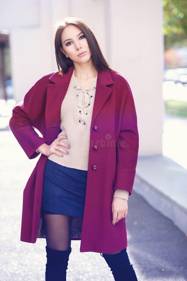mulher à moda bonita nova que anda no revestimento de Borgonha, estilo da rua, tendência do verão da mola, saia escura, revestime fotos de stock royalty free