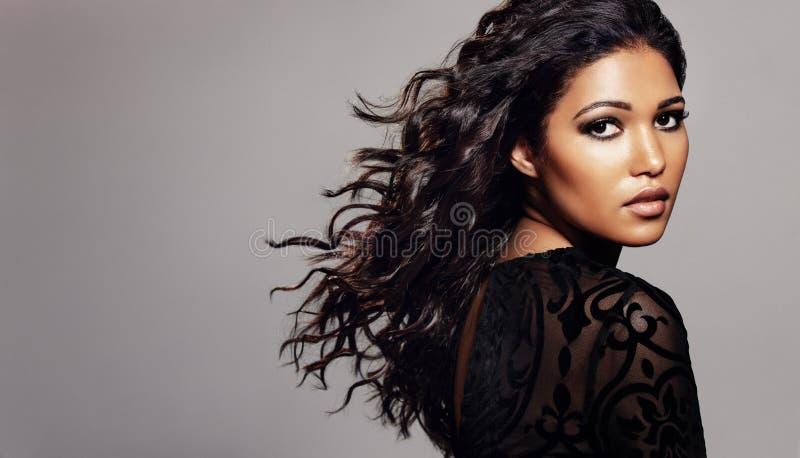 Mulher à moda com cabelo encaracolado e pele clara imagens de stock royalty free