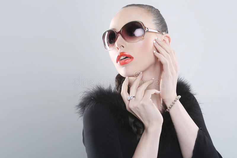 Mulher à moda com composição e óculos de sol da beleza fotos de stock