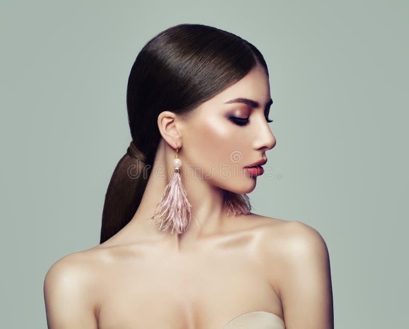 Mulher à moda com penteado do rabo de cavalo imagens de stock