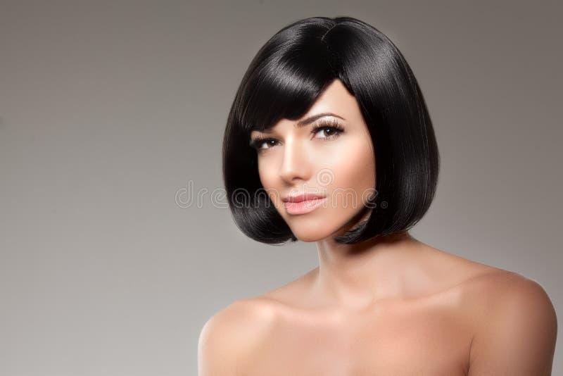 Mulher à moda com um penteado do prumo Modelo da menina com um blac curto fotos de stock