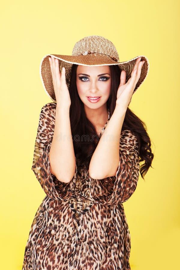 Mulher à moda de sorriso no chapéu imagem de stock