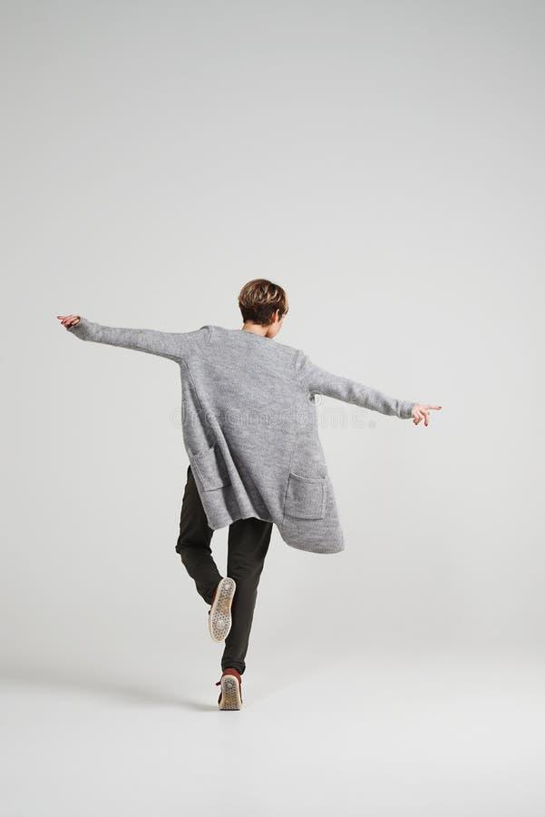 Mulher à moda do dançarino com dança curto do corte de cabelo no estúdio fotos de stock