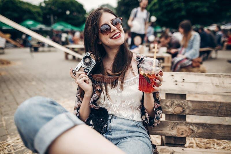 mulher à moda do moderno nos óculos de sol com os bordos vermelhos que guardam o lemona imagens de stock