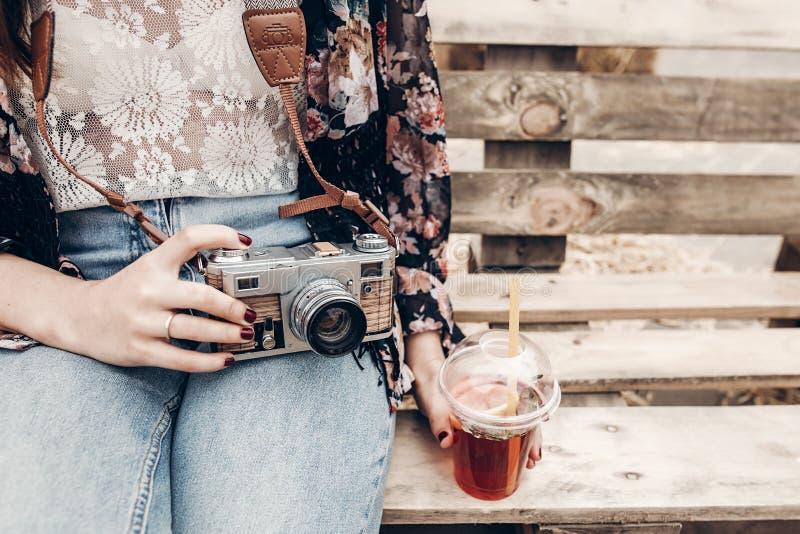 mulher à moda do moderno que guarda a câmera e a limonada velhas da foto Boh imagens de stock royalty free