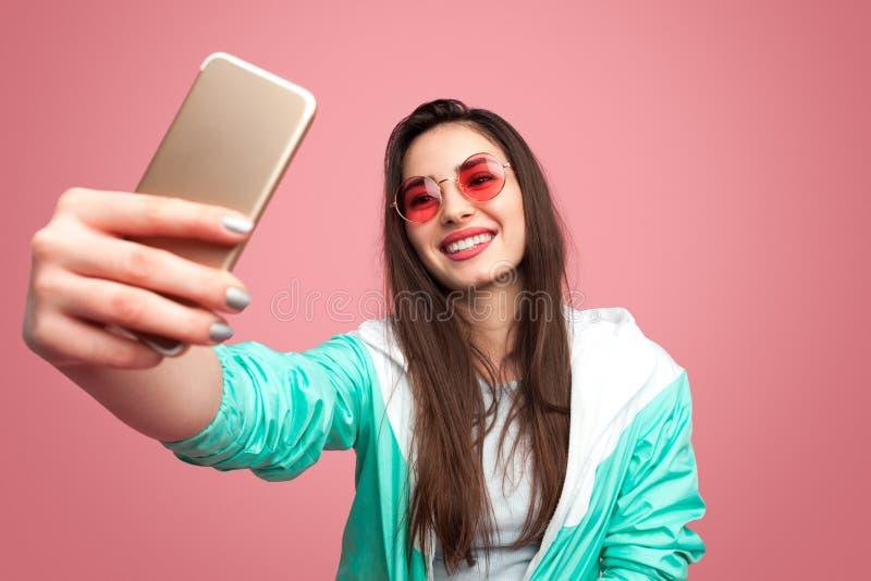 Mulher à moda do moderno que toma o selfie foto de stock royalty free