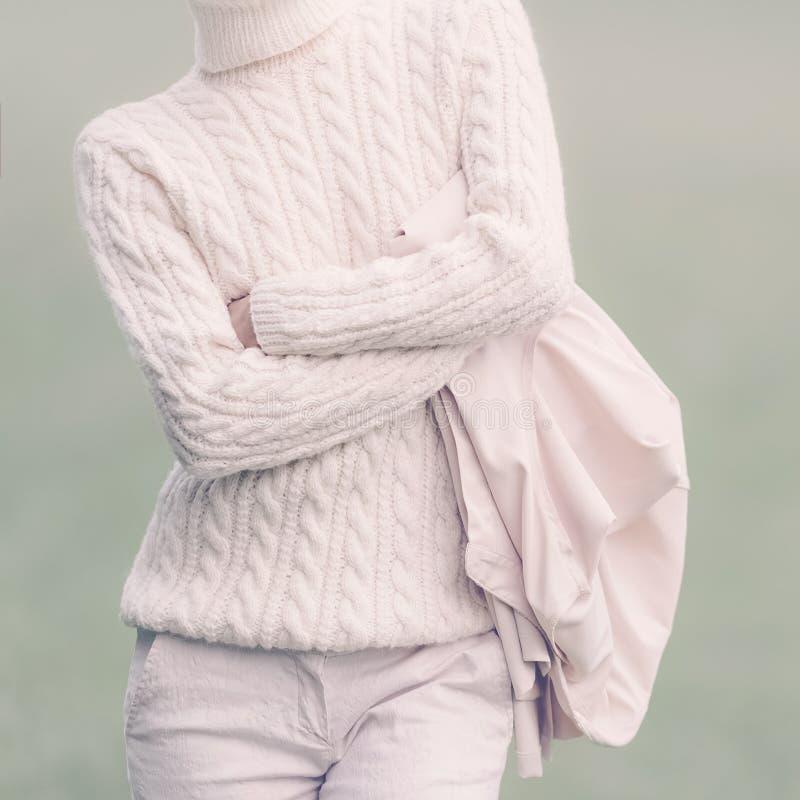 Mulher à moda na roupa glamoroso branca St da forma do inverno da queda fotos de stock royalty free