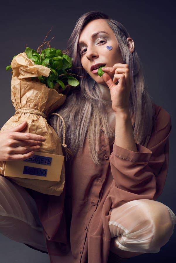 Mulher à moda no estilo do pompadour do biofuture imagens de stock royalty free